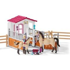 Schleich 42369 - Paardenbox Met Arabische Paarden En Verzorgster